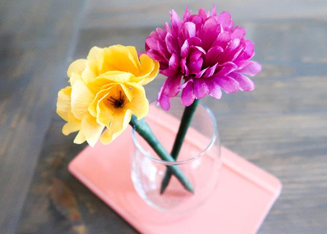 DIY ตกแต่งปากกาให้โดดเด่นเกินใครด้วยดอกไม้พลาสติก